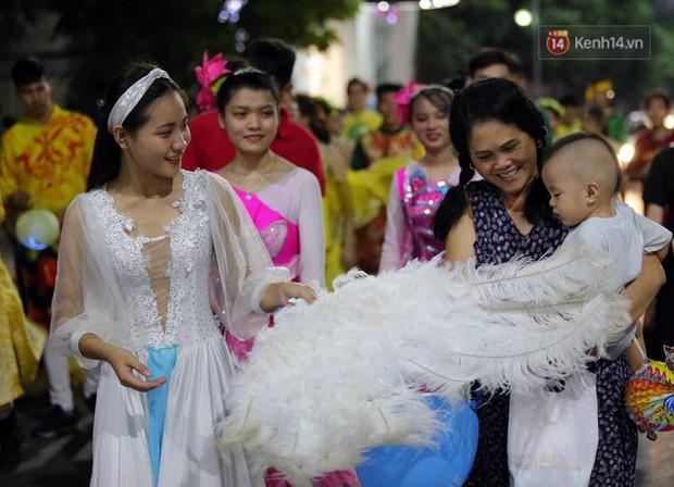 Các em nhỏ thích thú với màn biểu diễn bong bóng của nghệ sĩ Fan Yang trong đêm hội Trung thu sớm - Ảnh 9.