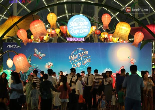 Các em nhỏ thích thú với màn biểu diễn bong bóng của nghệ sĩ Fan Yang trong đêm hội Trung thu sớm - Ảnh 10.