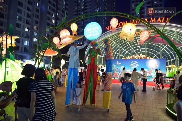 Các em nhỏ thích thú với màn biểu diễn bong bóng của nghệ sĩ Fan Yang trong đêm hội Trung thu sớm - Ảnh 1.