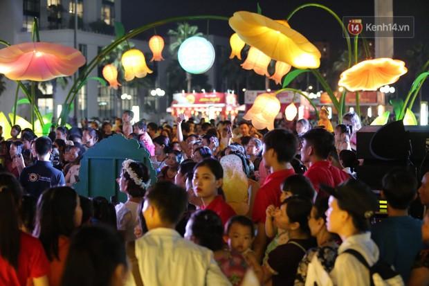 Các em nhỏ thích thú với màn biểu diễn bong bóng của nghệ sĩ Fan Yang trong đêm hội Trung thu sớm - Ảnh 7.