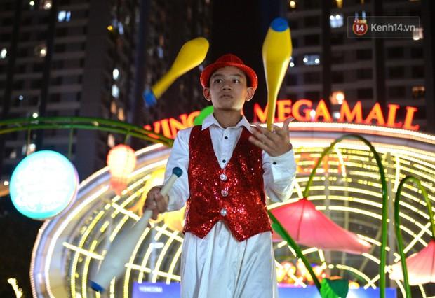 Các em nhỏ thích thú với màn biểu diễn bong bóng của nghệ sĩ Fan Yang trong đêm hội Trung thu sớm - Ảnh 5.