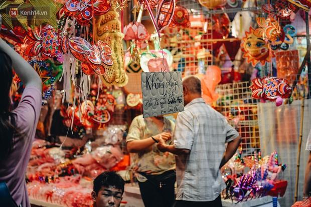 Tiểu thương chợ Trung thu truyền thống Hà Nội đồng loạt treo biển Không chụp ảnh, hãy là người có văn hoá! - Ảnh 7.