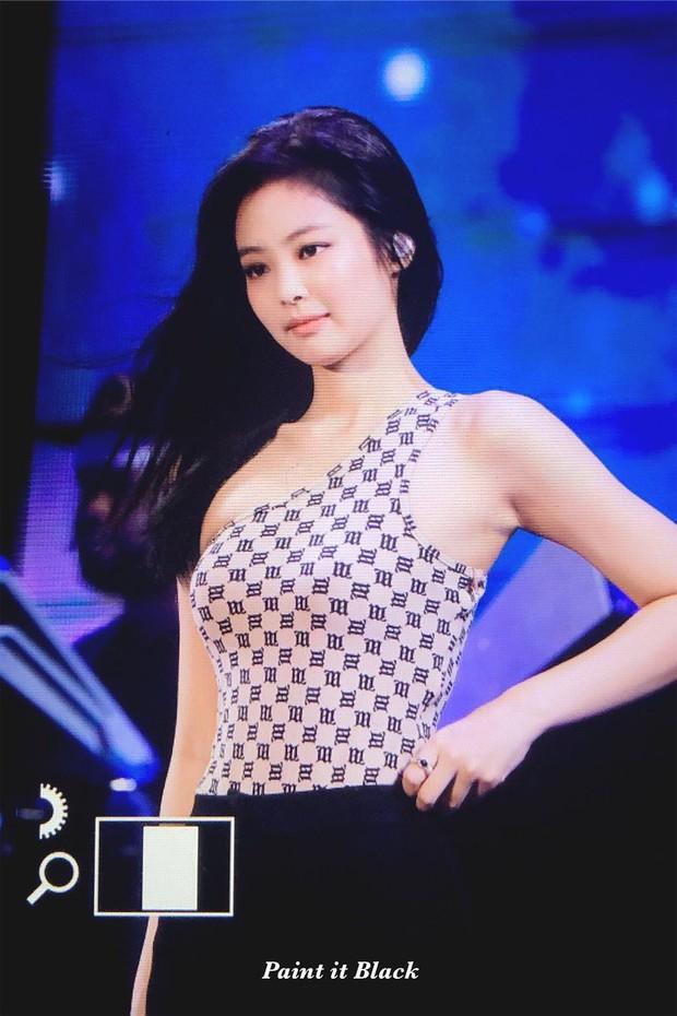 Jennie rất sexy nhưng chắc sẽ hơi khó thở khi khoác lên mình chiếc áo chật ních, o ép nhường này - Ảnh 5.