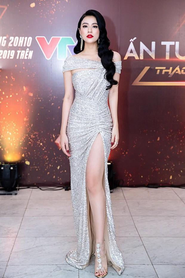 Để lại tóc dài và tô son đỏ chót, Hoàng Thùy Linh còn vô tình tái hiện thời trang thảm đỏ của một cô em đình đám - Ảnh 1.