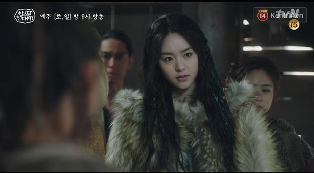 Arthdal Niên Sử Kí tập 13: Ra tay anh hùng cứu mĩ nhân, Song Joong Ki được cả tộc xúm vào đền ơn - Ảnh 11.