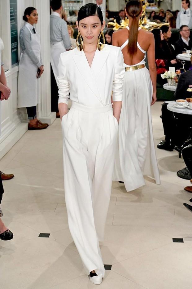 """Sau khi bị chê không hợp """"lồng lộn"""", Song Hye Kyo quay lại style sương sương dự New York Fashion Week - Ảnh 10."""