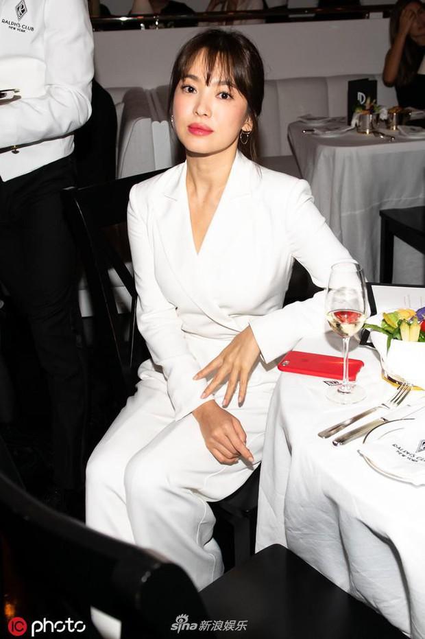 Zoom cận cảnh nhan sắc Song Hye Kyo tại sự kiện: Già nua, lộ dấu hiệu lão hoá và tăng cân? - Ảnh 2.