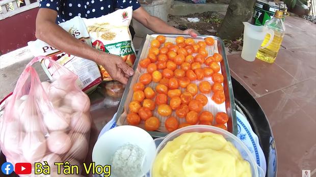 Ai từng huynh đệ tương tàn vì miếng trứng muối sẽ phát hờn với chiếc bông lan to nhất Việt Nam có tới 100 quả trứng muối của bà Tân Vlog - Ảnh 1.