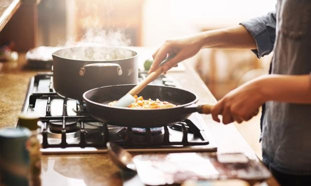 Những thói quen xấu diễn ra trong nhà bếp có thể gây hại sức khỏe nghiêm trọng - Ảnh 2.