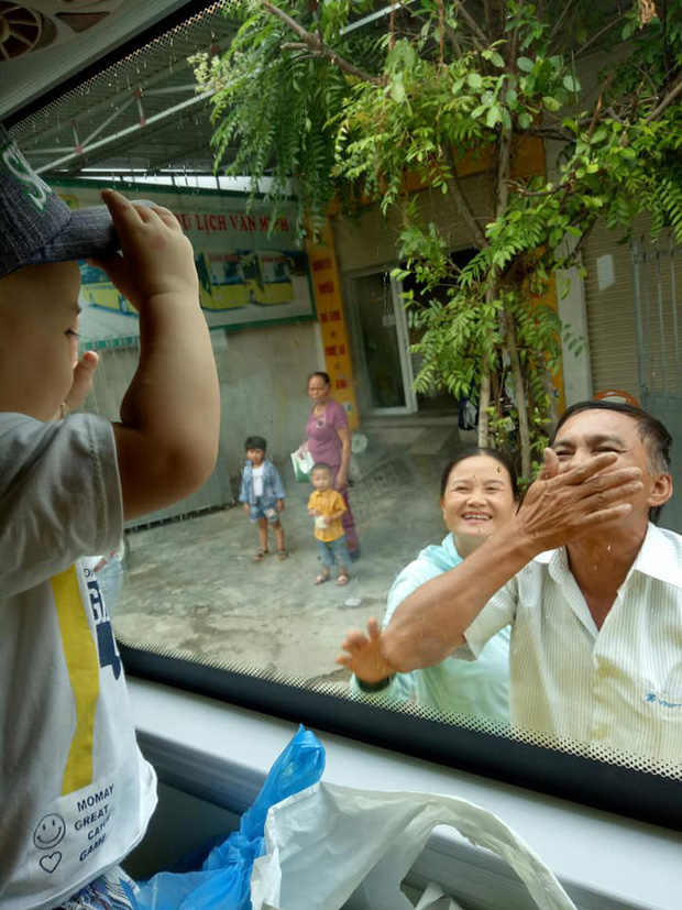 Hình ảnh ông bà ngoại bịn rịn chia tay cháu qua cửa kính xe khách làm nghẹn lòng phận con gái lấy chồng xa - Ảnh 2.