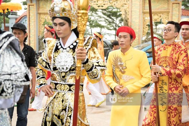 Đào Bá Lộc, Huỳnh Lập cùng dàn nghệ sĩ tề tựu tại nhà thờ của Hoài Linh dự giỗ tổ sân khấu - Ảnh 1.