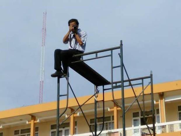 Thầy giáo có tâm nhất quả đất: Ngồi chênh vênh 3 tầng làm flycam  chụp ảnh cho học sinh - Ảnh 1.