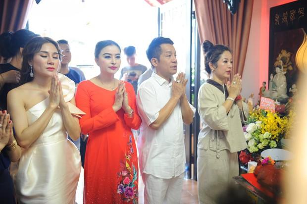 Thúy Nga lần đầu tổ chức cúng Tổ nghề ở Việt Nam sau khi sang Mỹ, Minh Nhí và dàn nghệ sĩ cùng tề tựu dâng hương - Ảnh 9.