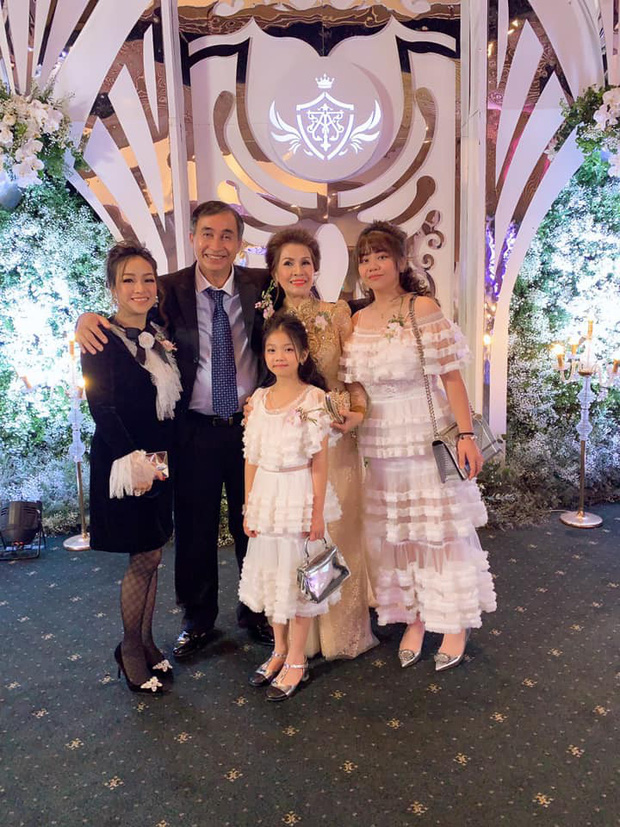 Mẹ ruột Minh Anh đăng ảnh dự lễ cưới con gái, dân tình trầm trồ với nhan sắc trẻ đẹp của nữ đại gia - Ảnh 2.