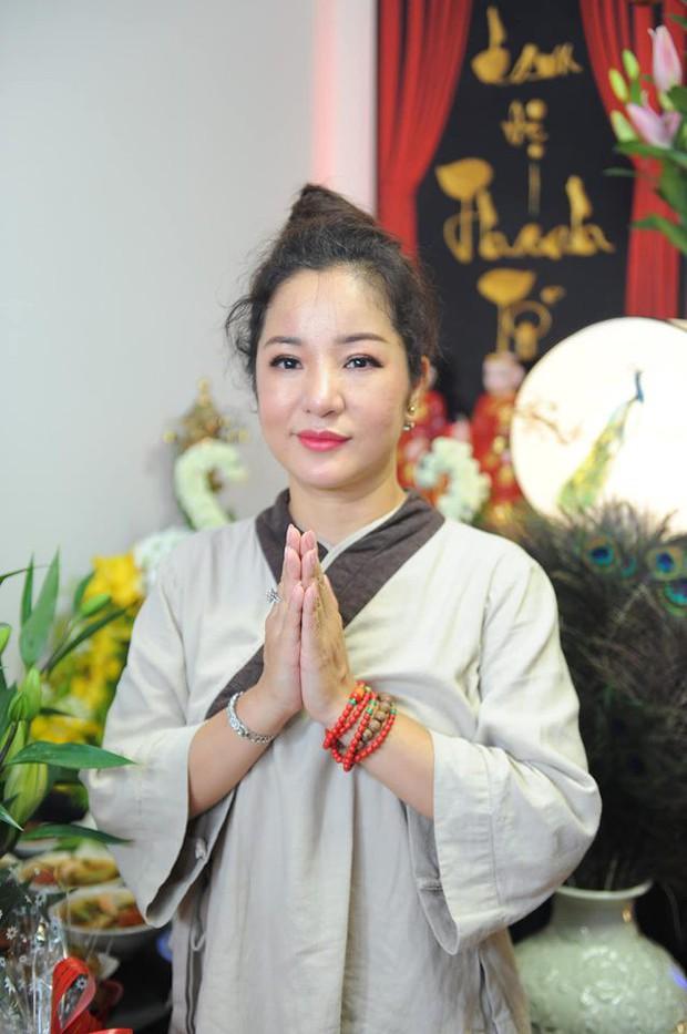 Thúy Nga lần đầu tổ chức cúng Tổ nghề ở Việt Nam sau khi sang Mỹ, Minh Nhí và dàn nghệ sĩ cùng tề tựu dâng hương - Ảnh 3.