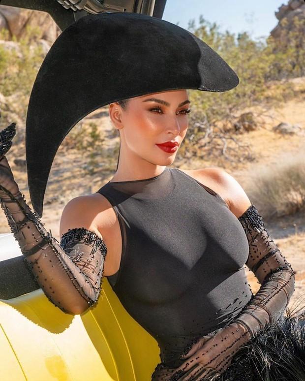 Kim Kardashian gây bão với bộ ảnh quý phái khác lạ, đốt mắt với siêu vòng 1 o ép và thần thái ngút ngàn - Ảnh 6.