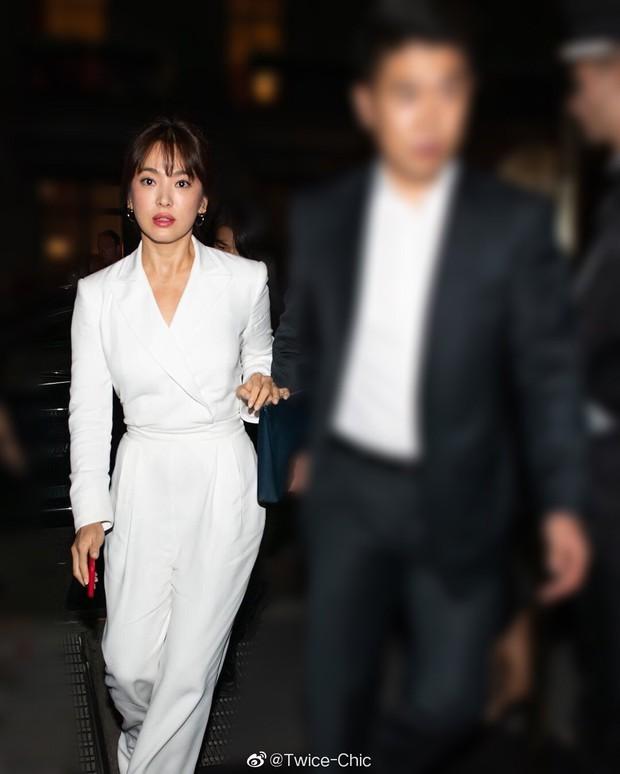 """Sau khi bị chê không hợp """"lồng lộn"""", Song Hye Kyo quay lại style sương sương dự New York Fashion Week - Ảnh 4."""