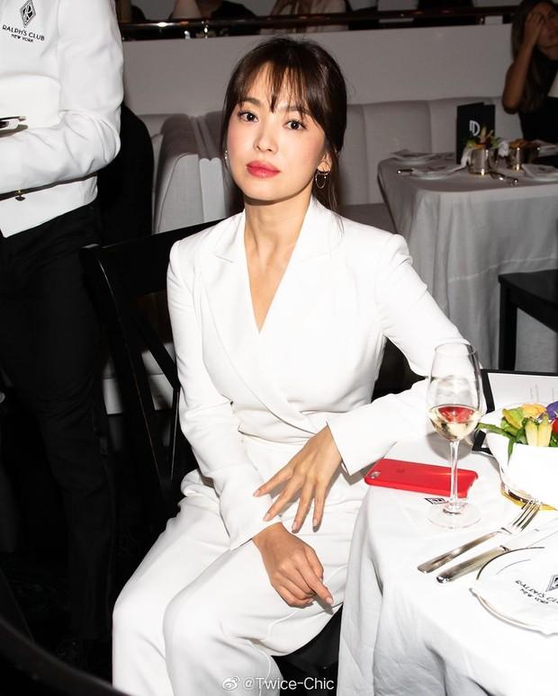 """Sau khi bị chê không hợp """"lồng lộn"""", Song Hye Kyo quay lại style sương sương dự New York Fashion Week - Ảnh 5."""