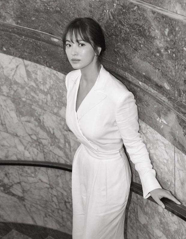 """Sau khi bị chê không hợp """"lồng lộn"""", Song Hye Kyo quay lại style sương sương dự New York Fashion Week - Ảnh 6."""