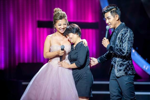 Phượng Vũ và mẹ khóc trên sân khấu vì nhớ lại quãng thời gian khó khăn - Ảnh 3.