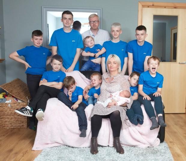 Dành cả thanh xuân để đẻ 10 cậu con trai, cuối cùng hai vợ chồng cũng đón được bé út là một tiểu công chúa dễ thương - Ảnh 1.