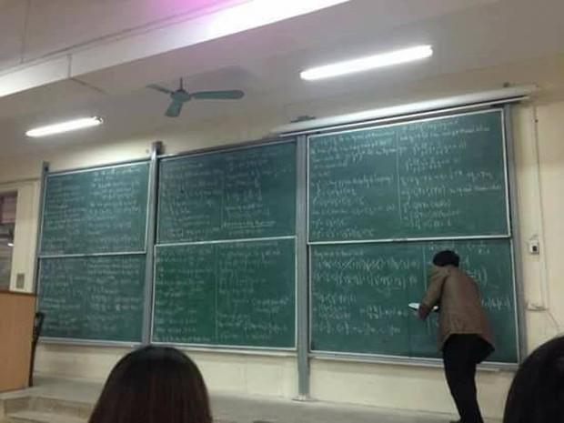 Ngày đầu đi học đã gặp cảnh tượng 6 bảng đen full kín chữ, tân sinh viên Bách khoa than thở: Đi học hết mình, chép bài hết hồn - Ảnh 1.