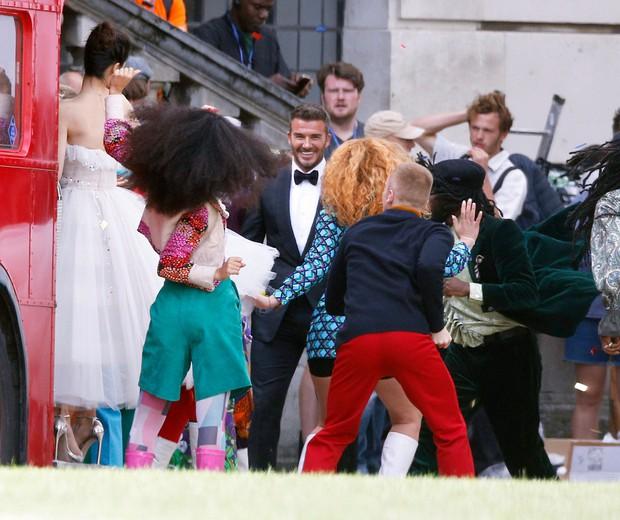 Lộ ảnh hậu trường David Beckham kết hôn với Angela Baby, nhan sắc mỹ nhân Cbiz gần lấn át cả danh thủ đình đám - Ảnh 1.