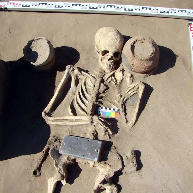 Các nhà khảo cổ Nga vừa khám phá ra bộ hài cốt 2137 năm tuổi kèm một thứ giống hệt... iPhone! - Ảnh 2.