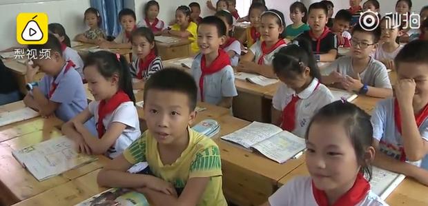 Trường tiểu học có hơn 20 cặp song sinh, khai giảng năm học mới từ cô giáo đến bạn học đều gặp khó khăn khi phân biệt - Ảnh 2.