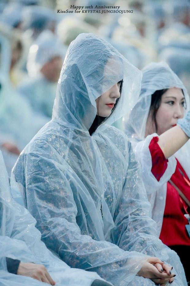 Ảnh Krystal từ 1 tháng trước bỗng được đào mộ: lúc mặc lồng lộn thì sợ hết hồn nhưng trùm áo mưa lên lại xinh hết mình - Ảnh 4.