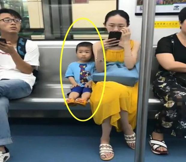 Ai cũng đoán đây là đứa trẻ ngoan, được giáo dục tốt chỉ vì biểu hiện này khi ngồi cạnh mẹ  - Ảnh 2.