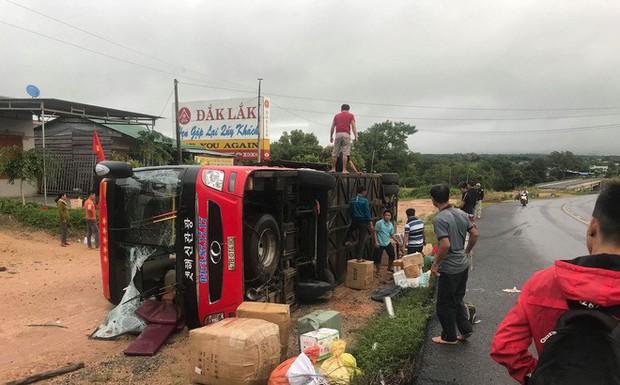 Tránh xe ngược chiều, xe khách bị lật, nhiều hành khách hoảng loạn đập kính thoát ra ngoài - Ảnh 1.