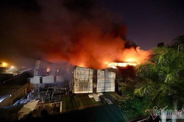 Hơn 300 học sinh nghỉ học sau vụ cháy Công ty Rạng Đông - Ảnh 1.