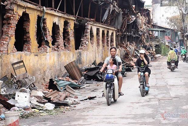 Hơn 300 học sinh nghỉ học sau vụ cháy Công ty Rạng Đông - Ảnh 2.