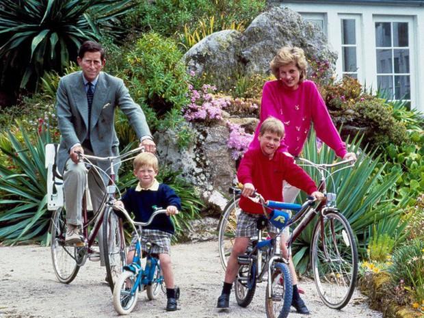 Công nương Diana: Cuộc đời đẫm nước mắt của đóa hồng nước Anh xinh đẹp, tài hoa nhưng bạc mệnh - Ảnh 11.