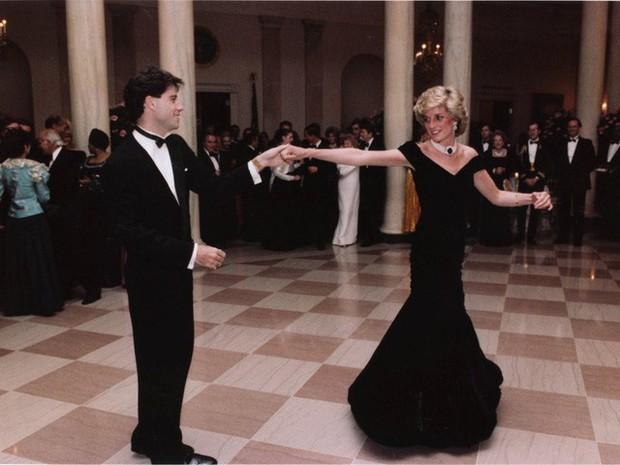 Công nương Diana: Cuộc đời đẫm nước mắt của đóa hồng nước Anh xinh đẹp, tài hoa nhưng bạc mệnh - Ảnh 12.