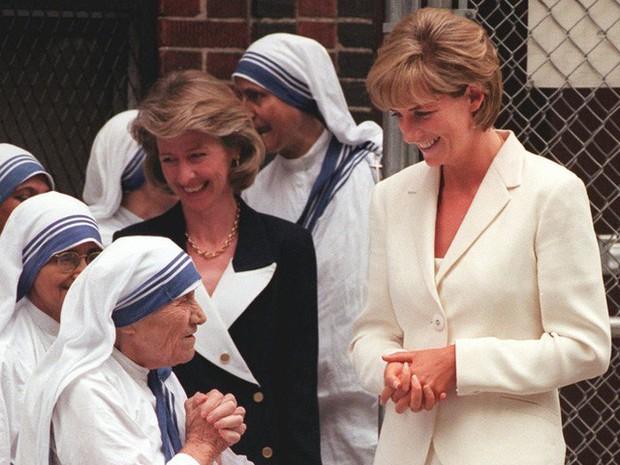Công nương Diana: Cuộc đời đẫm nước mắt của đóa hồng nước Anh xinh đẹp, tài hoa nhưng bạc mệnh - Ảnh 18.