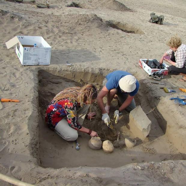 Các nhà khảo cổ Nga vừa khám phá ra bộ hài cốt 2137 năm tuổi kèm một thứ giống hệt... iPhone! - Ảnh 3.