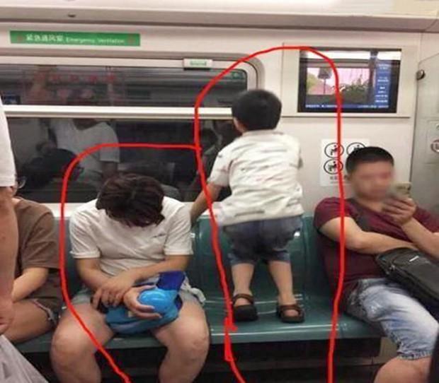 Ai cũng đoán đây là đứa trẻ ngoan, được giáo dục tốt chỉ vì biểu hiện này khi ngồi cạnh mẹ - Ảnh 3.