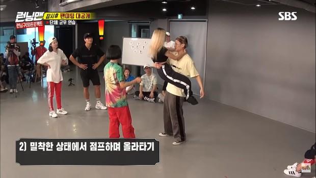 Running Man: Miệng thì nói xấu hổ nhưng Jeon So Min cứ bổ nhào vào người Kim Jong Kook thế này! - Ảnh 2.