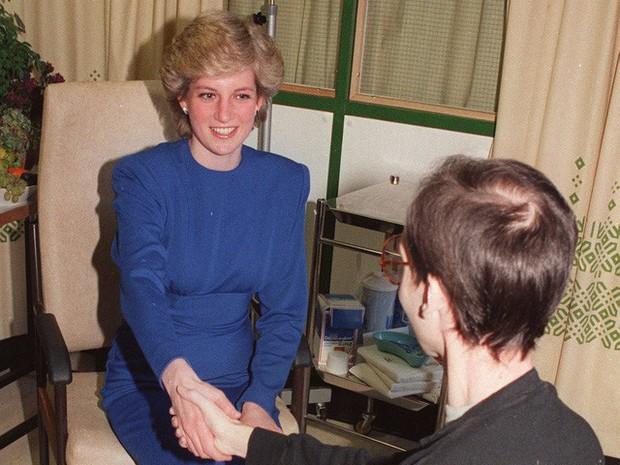 Công nương Diana: Cuộc đời đẫm nước mắt của đóa hồng nước Anh xinh đẹp, tài hoa nhưng bạc mệnh - Ảnh 23.