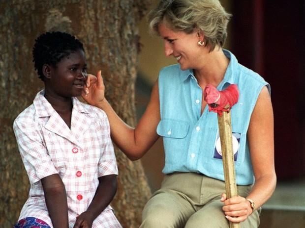 Công nương Diana: Cuộc đời đẫm nước mắt của đóa hồng nước Anh xinh đẹp, tài hoa nhưng bạc mệnh - Ảnh 25.
