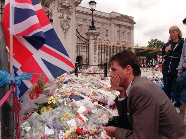 Công nương Diana: Cuộc đời đẫm nước mắt của đóa hồng nước Anh xinh đẹp, tài hoa nhưng bạc mệnh - Ảnh 29.
