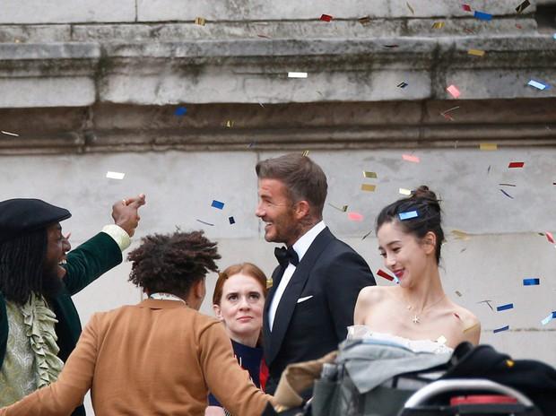 Lộ ảnh hậu trường David Beckham kết hôn với Angela Baby, nhan sắc mỹ nhân Cbiz gần lấn át cả danh thủ đình đám - Ảnh 3.