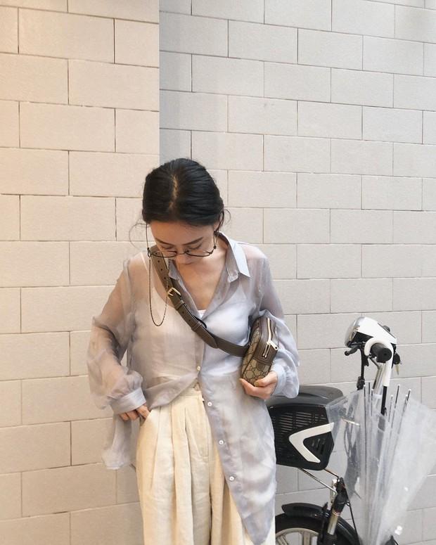 Mấy nàng sành điệu lại phát minh thêm một kiểu diện áo sơ mi: Mở toang vài cúc dưới để trông thật ăn chơi, hack chân dài - Ảnh 4.