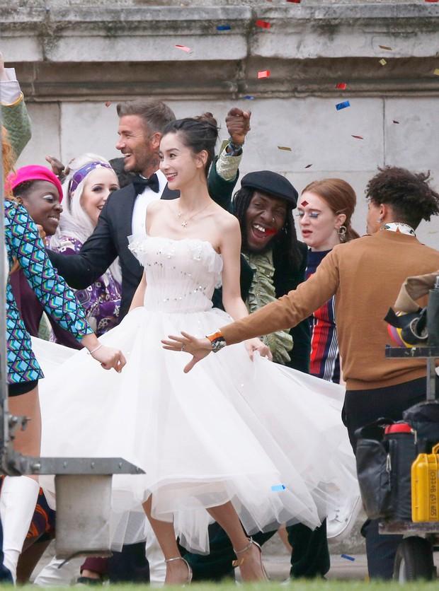Lộ ảnh hậu trường David Beckham kết hôn với Angela Baby, nhan sắc mỹ nhân Cbiz gần lấn át cả danh thủ đình đám - Ảnh 5.