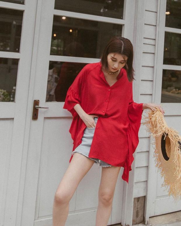 Mấy nàng sành điệu lại phát minh thêm một kiểu diện áo sơ mi: Mở toang vài cúc dưới để trông thật ăn chơi, hack chân dài - Ảnh 6.