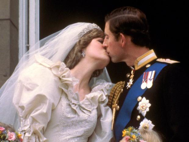 Công nương Diana: Cuộc đời đẫm nước mắt của đóa hồng nước Anh xinh đẹp, tài hoa nhưng bạc mệnh - Ảnh 7.