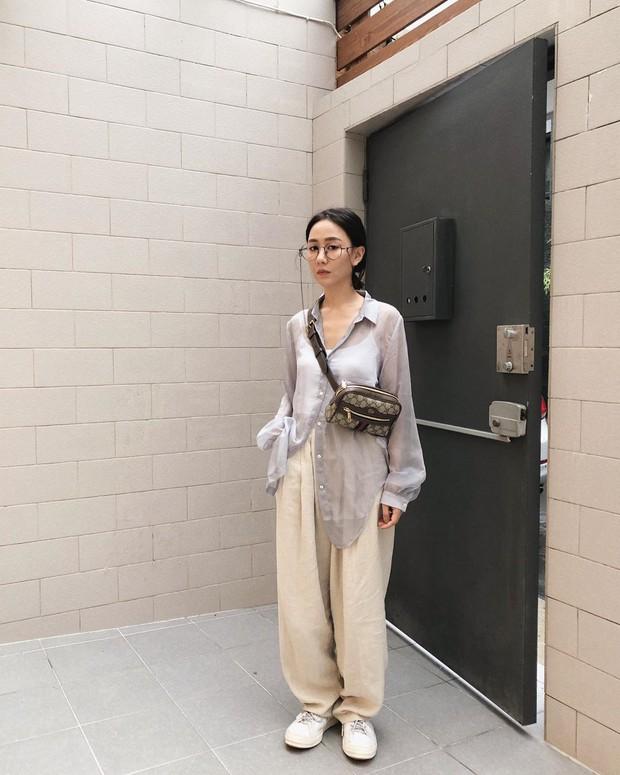 Mấy nàng sành điệu lại phát minh thêm một kiểu diện áo sơ mi: Mở toang vài cúc dưới để trông thật ăn chơi, hack chân dài - Ảnh 9.