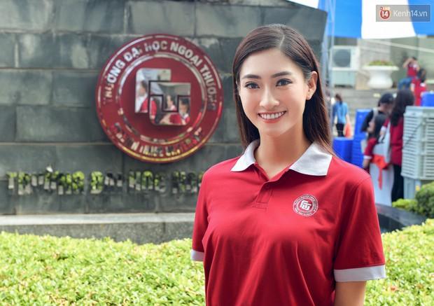 Hoa hậu Lương Thùy Linh đẹp xuất sắc trong ngày khai giảng Ngoại thương, khẳng định chưa có ý định Nam tiến để tập trung cho học tập - Ảnh 1.